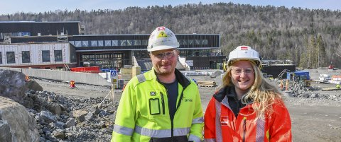 Byggeplass: Ingeborg Holte og Tor Gunnar Espeland synes begge det er stas å jobbe på Tvedestrands nye videregående skole. Ingeborg fikk jobb i Veidekke etter å ha skrevet masteroppgaven sin der, og Tor Gunnar er ansatt hos Bravida.Foto: Mette Urdahl