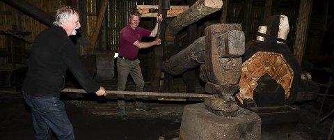 Næs jernverksmuseum: Knut Aall og Dag Ellefsen ser frem til at stangjernshammeren kan settes i drift. Dersom finansieringen kommer på plass, vil det skje i 2021.