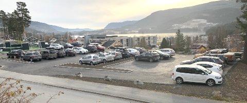 ENDELIG FERDIG: Dette er en tanke som både elevene ved Nord-Aurdal ungdomsskole, lærere, ansatte ved Vesle-Tveit og Familiens hus har gjort seg de siste dagene. Men resultatet ble bra. Elevene har fått et flott uteområde, og de som jobber i området har fått flere parkeringsplasser.