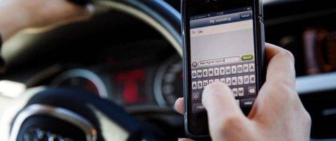 SKAL IKKE RØRES: Det er forbudt å røre en løs telefon under kjøring. Når telefonen er fastmontert kan man ringe opp eller legge på. Dette kan også gjøres via håndfritt utstyr, uavhengig av telefonens plassering.