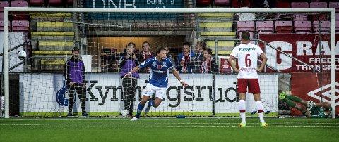 STENEMAGI: Robert Stene senket FFK med fire scoringer. Steinar Sørlie likte dårlig FFK-spillernes kroppsholdning. Foto: Geir A. Carlsson