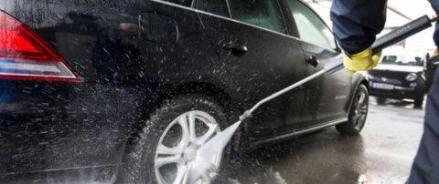 Det å vaske bilen skikkelig er kjempeviktig – og da spesielt på vinteren. Bruk helst en hall der du kan gjøre jobben selv, snarere enn å slå deg til ro med en vaskeautomat.