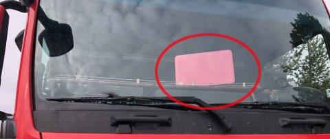 PRØVDE SEG: Laptopen var oppslått på dashbordet før vogntoget ble stoppet. Da det rullet inn på kontrollplassen var den klappet sammen ... Foto: Statens vegvesen