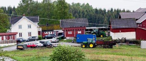 2016.05.25. Frogner. Lille Gran gård. Bonde har hybler på låven. Arbeidstilsynet, Brannvesenet, El-sikkerhet, kommunen og Skatt Øst på befaring.