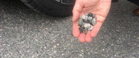 De er uskyldige så lenge de ligger på veien. Men når de blir kastet opp i lufta, kan småsteinene gjøre stor skade på frontruten din.