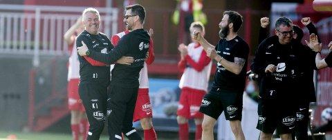 Kåre Ingebrigtsen og assistent Eirik Horneland viste ekte idrettsglede etter at 3-0-målet kom, og det gikk mot tre poeng. Det tok seg like                                   godt en seiersdans på sidelinjen, og det er kanskje ikke så rart etter seks strake tap!
