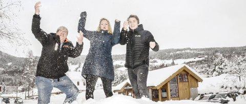Jubler: Torstein Skalland (f.v.,) Elisabeth Koren Bøle og Sondre Nygård har stor tro på at Sigdal Aktiv vil trekke mange nye besøkende til Sigdal.
