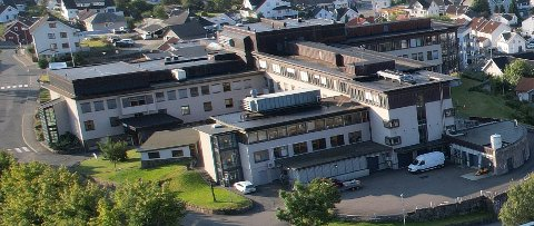 KORONADØDSFALL: En eldre pasient er død av koronarelatert sykdom ved Flekkefjord sykehus. Sykehuset vil ikke opplyse om vedkommende var vaksinert eller ikke.