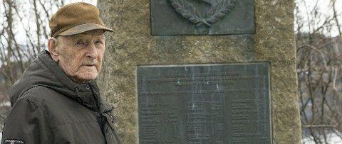 Ivan Vanje (97) er en av tre gjenlevende fra kampene om frigjøringen av Narvik. Mange overlevde ikke i landstigningen, og de er minnet ved dette monumentet på Veteranplassen.