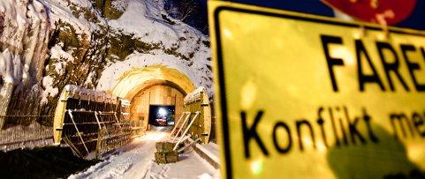 Det er påny full skjæring i Sørkjostunnelen. I morgentimene blokkerte en av maskinene, fra entreprenøren som fikk sparken, inngangen til fjellet. Foto: Ola Solvang