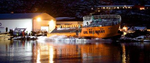 Her tar dundrer det 23 meter lange stålskipet ut i havnebassenget på Skjervøy. Den svært originale sjøsettingen gikk helt etter planen fredag ettermiddag. Foto: Ola Solvang
