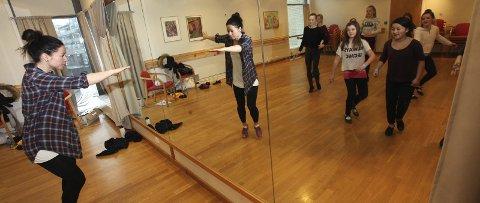 STEPPER: Anneli Moe (t.v.) har jobbet med danserne i «Billy Elliot», men denne uken er hun i Kolben.ALLE FOTO: ODD INGE RAND
