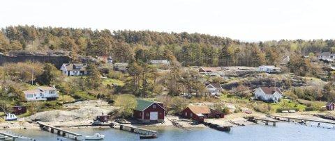 Midt i bildet ligger den gamle båtbygger-eiendommen på Hvasser. Her er det nå søkt om arbeidsbrakke.