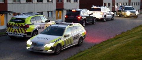 FLERE POLITBILER: Politiet er mannsterke i Lørenskog. De opplyser at de er på jakt etter en person de ønsker å pågripe. FOTO: VIDAR SANDNES