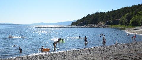 BADEVÆR: Det har gått noen dager siden Paradisbukta i Steinkjer var full av badeglade besøkere, men nå kan sommervarmen være på veg tilbake.