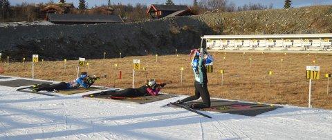 FLOTTE FORHOLD: Skiskyttere fra Estland tester blinkene på Beitostølen skistadion.