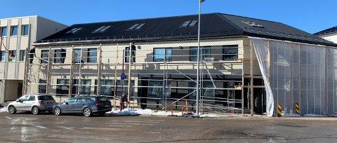 Torsdag ble presenningene som har dekket til fasaden tatt ned- og det var mange som fikk med seg den store forandringen på fasaden.