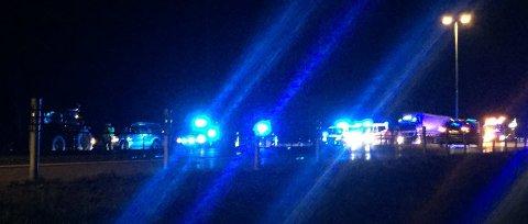 KOLLISJON: E6 er stengt etter at en traktor og en lastebil kolliderte mandag kveld.