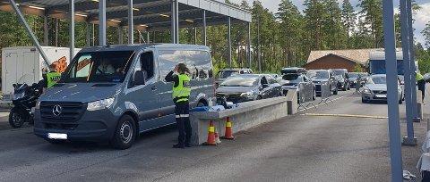 ALLE BLIR STOPPET: Selv om Värmland er åpnet, blir alle biler på vei tilbake fra Sverige fortsatt stoppet.
