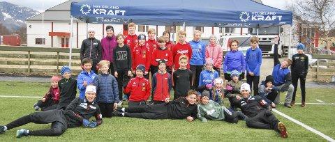 FØRSTE TRENING: Kombinertlandslaget er på Tour de Helgeland denne uka, og første stopp var Brønnøysund. 65 var med på trening, og her er den yngste gruppa sammen med Espen Andersen (t.v.) og Jarl Magnus Riiber.  FOTO: ANN-HELEN BAADSTRAND