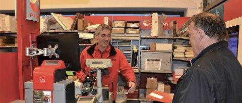 HØGSESONG: Jan Erik Bendiksen i posten hos Coop Extra på Husnes har travle dagar med å levera ut pakkar. Auken ligg an til 30 prosent, samanlikna med i fjor.