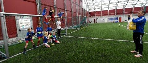 HISTORISK BILDE: Anders Hovde, lederen i Skrims fotballgruppe, tar bilde av jentene som er med på keeperskolen på Skrims fotballskole. ALLE FOTO: OLE JOHN HOSTVEDT