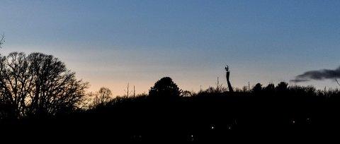 Mørkt i over en måned: Skulpturen Fugl Føniks på Mølleråsen i Sandefjord er ikke lenger opplyst. – Det er synd at Sandefjord kommune ikke tar bedre vare på monumentet, som ble gitt dem i gave. Fugl Føniks er strategisk plassert, og det blir mørkt i hele området når ikke lysene fungerer, sier Ingri Falkenthal, som bor i Sverdstadhagen.