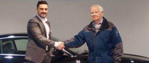 Det er absolutt ikke hver dag Aziz Chaer får gleden av å overrekke en splitter ny Jaguar til en bilentusiast på nærmere 90 år.