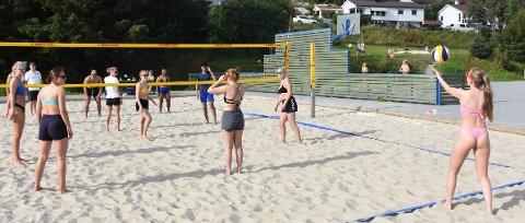 VARMT: Full rulle i Skjerva onsdag. Ungdommen koste seg med sandvolleyball.