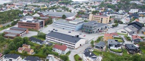 En klasse på Kristiansund videregående skal testes etter at det ble påvist korona onsdag. – Det er litt snufsing og hosting, men det går mye forkjølelse i byen nå, og det kan fort være rhinovirusog ikke korona. Uansett er det viktig å teste seg, sier kommuneoverlege Askill Sandvik.