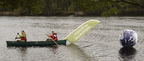 Padletur: Sverre Andersen og Arne Roum brukte vannveien for å overlevere «gummi-jordkloden» til MDG's lokallag i Drammen.