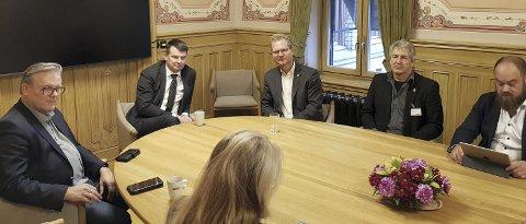 MØTTE WARA: En lokal delegasjon anført av fylkesleder Johan Aas møtte justisminister Tor Mikkel Wara (frp). Andre lokale medlemmer av delegasjonen var Eli Skoland (H), Finn Egil Sandmo (H), Arild Tronsrud (H) og Ragnar Martinsen (Frp).