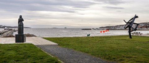 UTSYN: Etterkommerne til Ørnulf Bast, kunstneren som har laget «The Norwegian Lady» (til venstre), mener at de fire planlagte smilefjesene (røde markeringer) kommer for tett på deres fars skulptur. Til høyre i bildet står det nylig reiste krigsseilermonumentet.