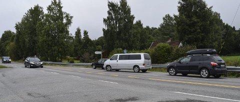 FULL BUSSLOMME: Her har tre biler stanset samtidig i den samme busslommen for å slippe av barn på vei til skolen.