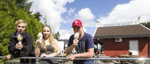 IS: Markus Olausson, Kristine Emilie F. Haraldsen og Niklas Olausson stortrives som isselgere på Nesset. De  håper å få beholde jobbene når en ny eier overtar driften.   FOTO: Bjørn V. Sandness