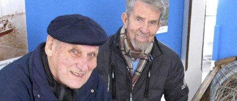 Thor-Finn Farnø (t.v.) og Ole Einang ved fiskeutstyr som dagens ungdom knapt har sett. Begge er ivrig med i driften av museet.