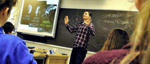 LUTTER ØRE: Elevene i 9B ved Stein-Tærud skole på Skedsmokorset hører ivrig på at Sigbjørn Mostue forteller om trilogien han har skrevet på siden januar 2015.FOTO: Øystein Tronsli Drabløs