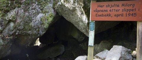 Milorg-hula: I denne hula ved Åmotdammen ble våpnene fra våpenslippet oppbevart, etter å ha blitt fraktet til fots fra Enebakk. Omtrent 180 personer var med på aksjonen.Begge foto. stine Løkstad