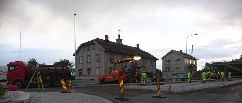 NYTT DEKKE: Statens vegvesen legger ny asfalt på riksvei 22 ved Fetsund. Det vil de fortsette med de to neste dagene.