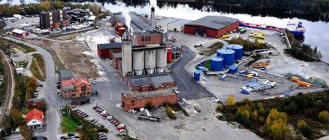 UUTHOLDELIG: Det er det blå tankanlegget til høyre på bildet som er anlegget til Peab Asfalt. Det var her den uutholdelige lukta ble sluppet ut 30. mai. Nå er Peab i gang med å montere aktive kullfiltre på anlegget for å fjerne luktproblemene. Peabs anlegg ligger inne på fabrikkområdet til Nordic Paper – Greåker Næringspark.