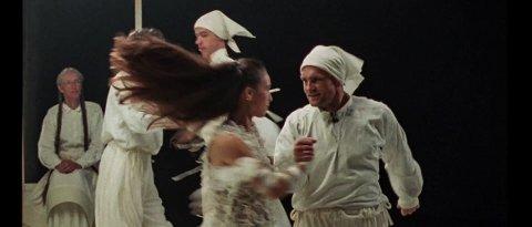 KOREOGRAFI OG DANS: Frikar har bidrege med koreografi og dans i electronica-gruppa Smerz sin nye musikkvideo. Blant dei som dukker opp på skjermen er Frikar-sjef Hallgrim Hansegård sjølv.