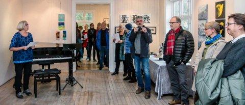 Leder Vera Krogh ønsket velkommen til Ås kunstforenings årlige juleutstilling på D6.