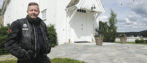 Beskytter kirken: Leder Gjermund Kristensen i menighetsrådet på Bjørkelangen ba Bjarne Brøndbo (bildet til høyre) om å bytte ut låtene som inneholdt bannskap eller  oppfordring til fyll.Foto: Bjørn Ivar Bergerud
