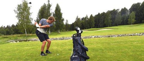 SLÅR SEG LØS: Stian Sivertzen storkoser seg på den flotte golfbanen på Skollenborg.alle foto: ole john Hostvedt