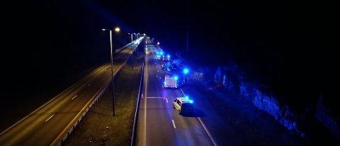 BILBRANN: En bil sto i brann på E6 i Vestby mandag kveld. Foto: Kjetil Næss