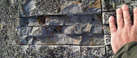 VINKELSLIPER: Sporene på en fjelltopp ved Strø i Vestre Slidre-fjellene tyder på at noen har brukt vinkelsliper for å ta med seg biter av fjellet. FOTO: VESTRE SLIDRE FJELLSTYRE