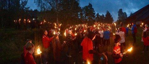 Det ble en stemningsfull søndagstur for dem som hadde møtt opp til Stopp støyens fakkeltog søndag kveld.