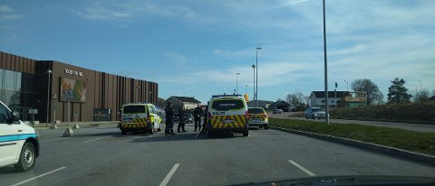 UTENFOR VESTBY STORSENTER: Flere tjenestepersoner fra politiet var samlet utenfor Vestby storsenter torsdag morgen i forbindelse med pågripelsen.