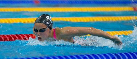 Eline Vik (17) fra Sandnes svømme- og livredningsklubb fosser inn til NM-sølv for juniorer på 400 medley.