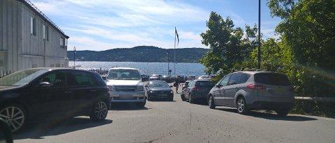 Mandag var det totalt parkeringskaos i Hvitsten, da alle ønsket å dra på stranda.